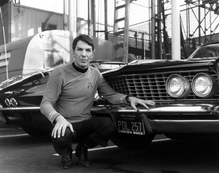 Leonard Nimoy y su Buick Riviera del '64 en una pausa del rodaje de Star Trek en 1964 | Rex Features