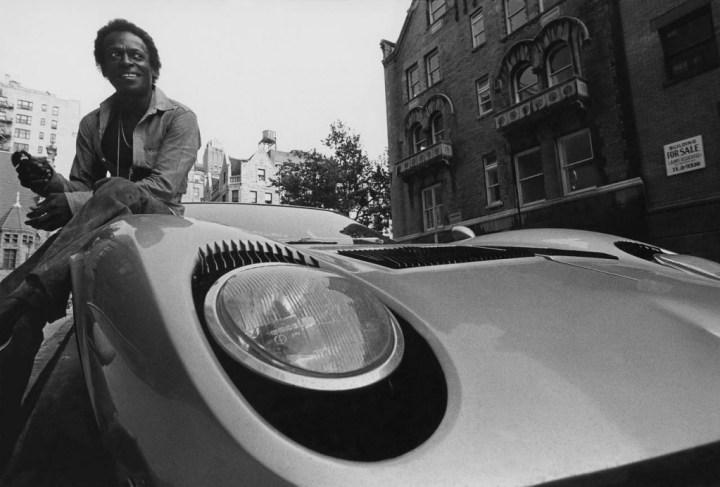 Miles Davis sentado sobre su Lamborghini Miura | Mark Patiky:Condé Nast