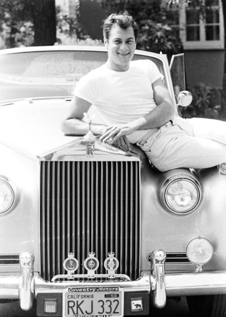 Tony Curtis con su Rolls-Royce en Los Angeles, California en 1961 | Ralph Crane Time & Life Pictures
