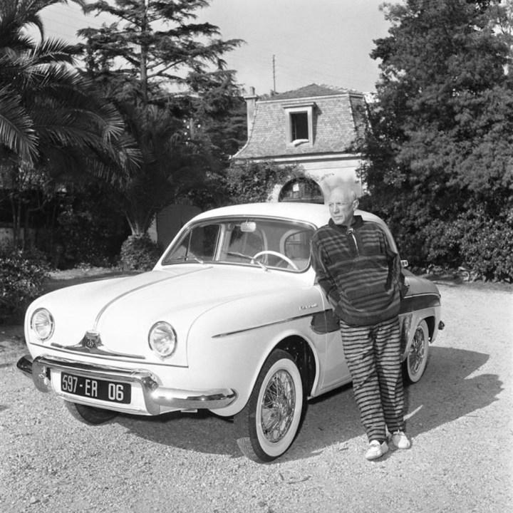 Pablo Picasso con su Renault Dauphine en Cannes en 1962