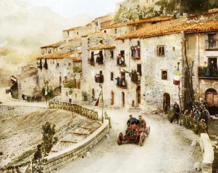 Felice Nazzaro atravesando el pueblo de Pettralia Sottana a bordo de un Fiat en la Targa Florio, Sicilia, 1907