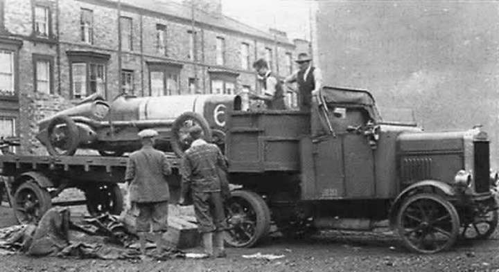 Camión Scammell cargado con un bólido Sunbeam 350 bhp, hacia 1920