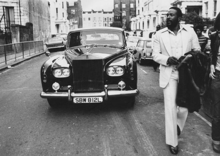 El cantante de soul Marvin Gaye caminando frente a su Rolls Royce in Notting Hill, Londres en 1976 | John Minihan:Evening Standard:Getty Images