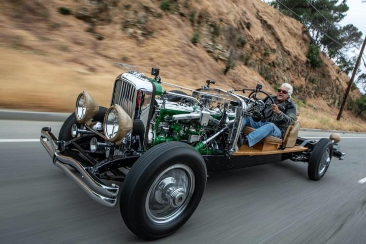 El presentador de TV Jay Leno a los mandos del chasis rodante de un Duesenberg J | Kay Leno's Garage