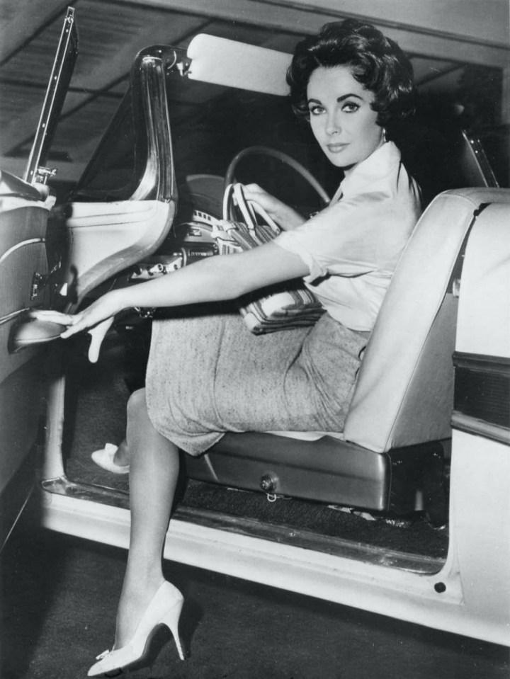 Elizabeth Taylor al volante de un Ford Convertible de 1958 | MGM