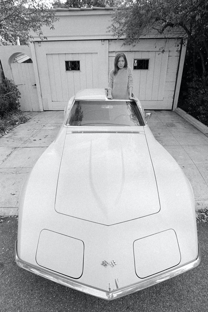 La escritora y periodista Joan Didion Sobre su Chevrolet Corvette Sting Ray en Hollywood en 1968 | Julian Wasser