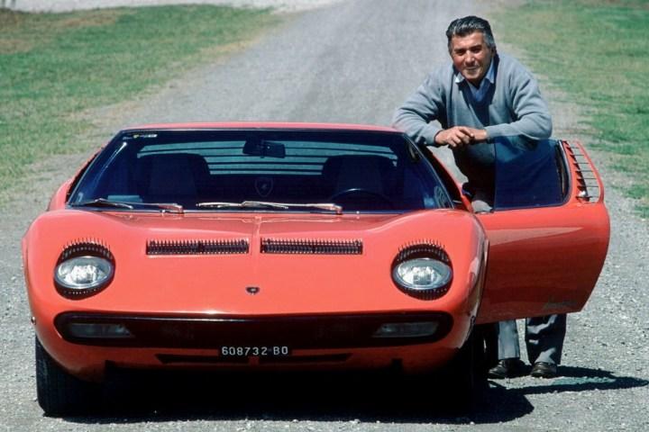 Ferruccio Lamborghini junto al Miura lanzado en 1966