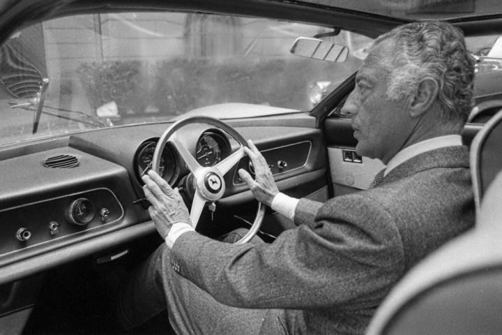 Gianni Agnelli en 1966 al volante de un Ferrari 365 P Berlinetta Speciale de tres asientos fabricado de encargo para él
