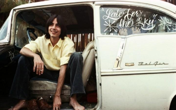 Personajes singulares y sus coches: Jackson Browne sentado en su Chevrolet Belair del 55 | Henry Diltz