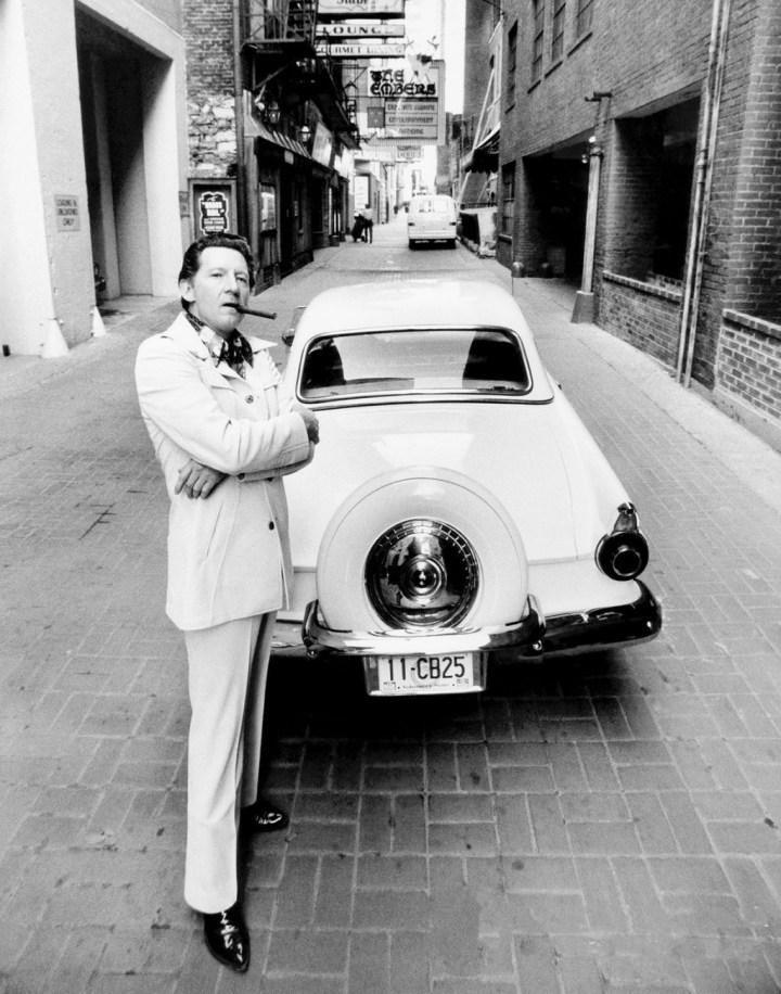 Jerry Lee Lewis junto a su Ford Thunderbird del 56 en Printer's Alley, Nashville, Tennesee hacia 1978 | Ken Regan