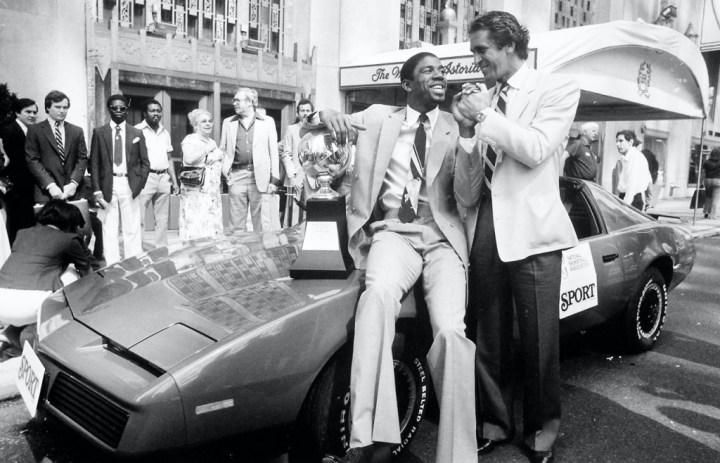 Magic Johnson acompañado por el entrenador de los Lakers Pat Riley, recibiendo un Pontiac Firebird TransAm como regalo tras ser nombrado Jugador del Año por NBA Sport Magazine en 1982