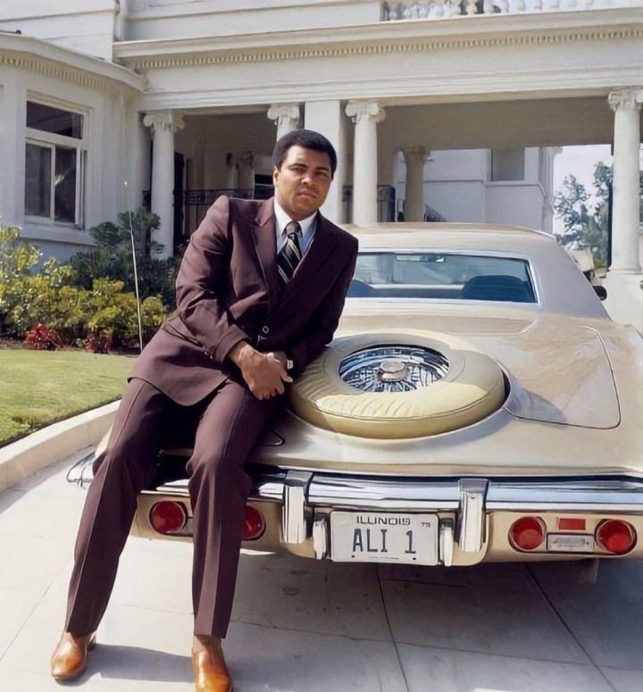 Personajes singulares y sus coches: Muhammad Ali apoyado en su Stutz Blackhawk