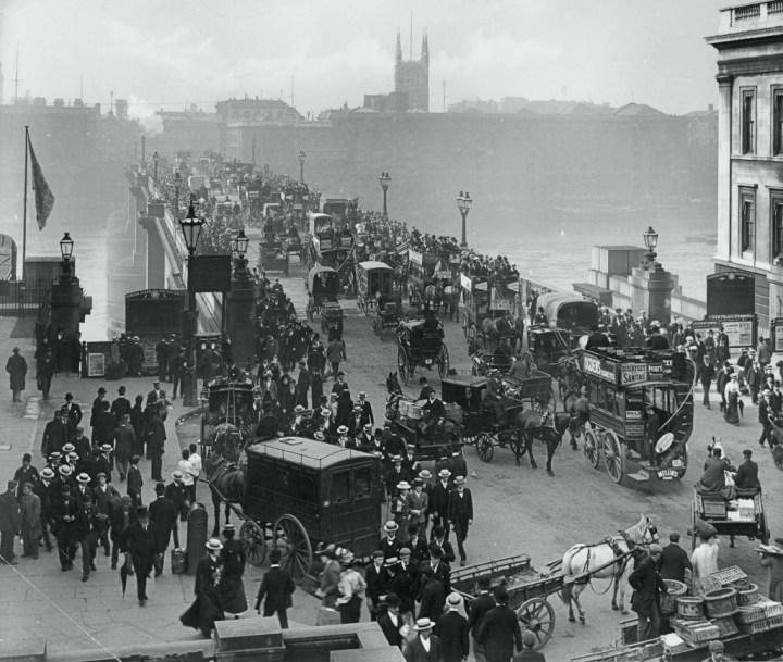 Coches y caballos: El Puente de Londres en 1890