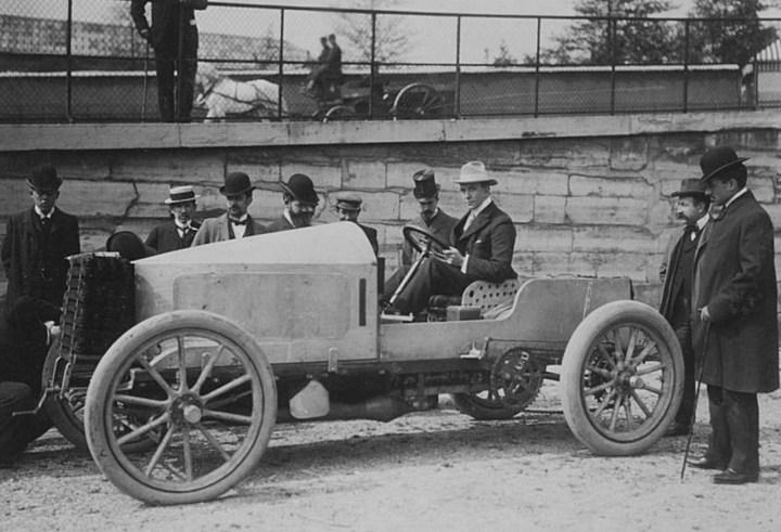 Charles Jarrott sentado en su de Dietrich a la salida de la Paris-Madrid de 1903
