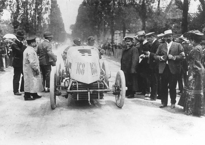 Primeras carreras de coches: Fernand Gabriel preparado para atacar una nueva etapa a los mandos de su Mors en la Paris-Madrid de 1903