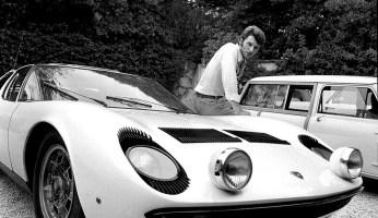 Johnny Halliday con su Lamborghini Miura en la Riviera francesa el 27 de agosto de 1967 | REPORTERS ASSOCIES:Gamma-Rapho Getty Images