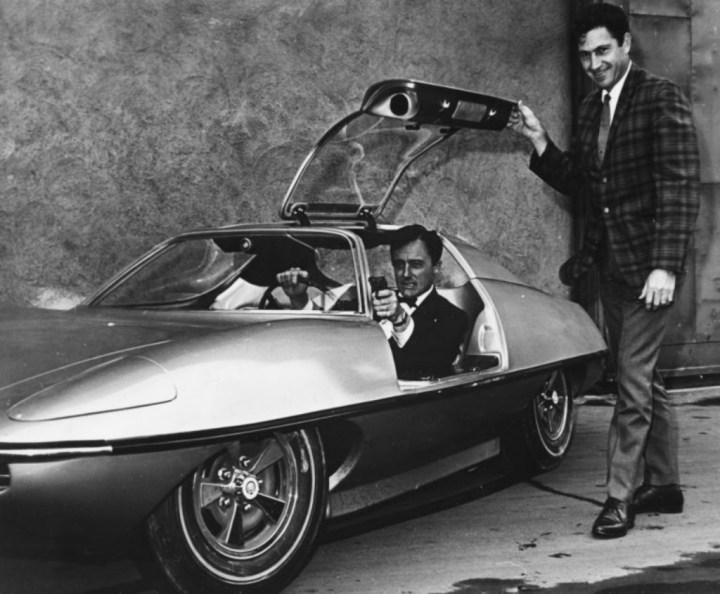 El actor Robert Vaughn (sentado) junto al diseñador Gene Winfield | Fox Photos:Hulton Archive:Getty Images