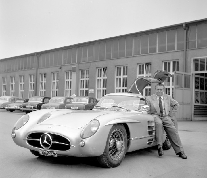 El ingeniero y ejecutivo alemán Rudolf Uhlenhaut con un Mercedes-Benz 300 SLR | Daimler
