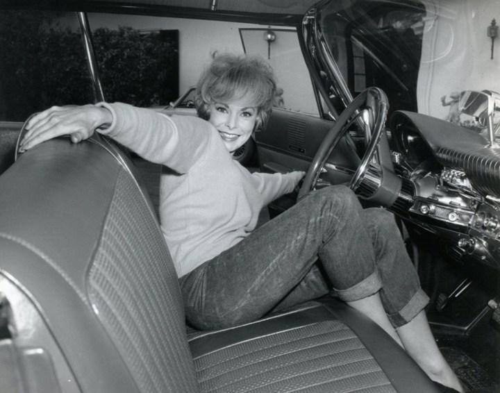 Janet Leigh cerrando la puerta de su Chrysler