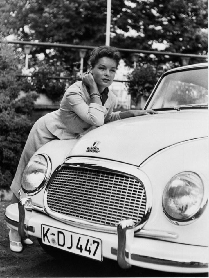 Stars & Cars: La actriz Romy Schneider con su DKW 3=6 F 93 de 1957 | Audi AG