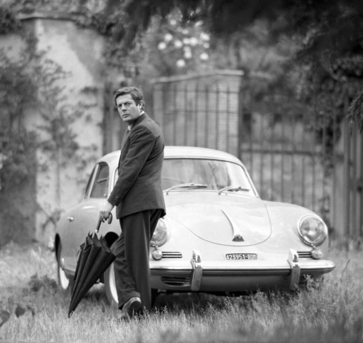 Marcello Mastroianni junto a un Porsche 356 en 1961