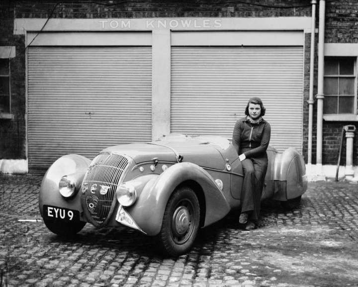 Miss Patten, baronesa Dorndorf, sentada sobre su Peugeot en mayo de 1939