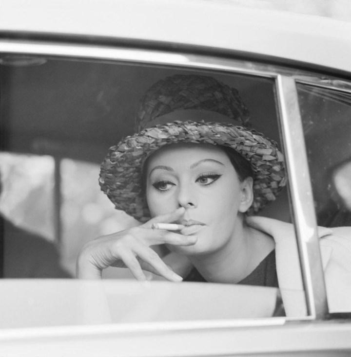Stars & Cars: Sophia Loren fumando en un coche en algún momento en los años 60