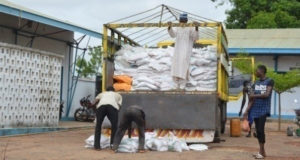 Linkages with agro-dealers was introduced to facilitate easy and cost-effective supply of agricultural inputs to farmers. Photo: ICRISAT