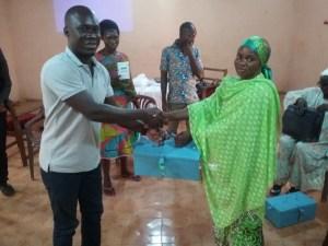 Mr Desmond S Adogoba (Gender and Social Scientist, SARI/TLIII) presenting the kit to a trainee. Photo: A Diama, ICRISAT