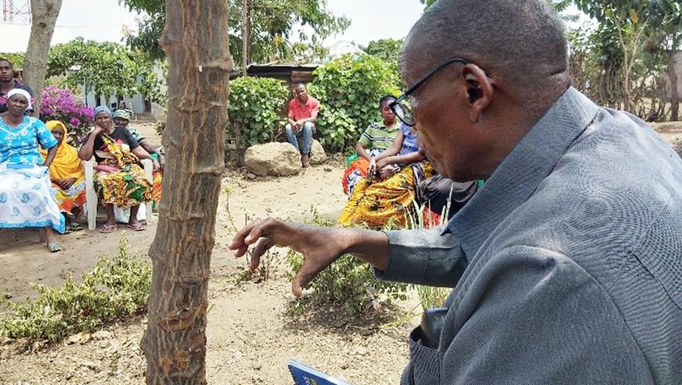 Stephen Lyimo talking to farmers of Kikatiti about pigeonpea.
