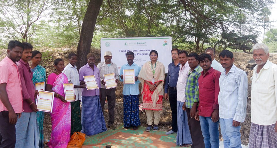 Distribution of soil health cards to farmers at a field day. Photo: Nagaraju, ICRISAT
