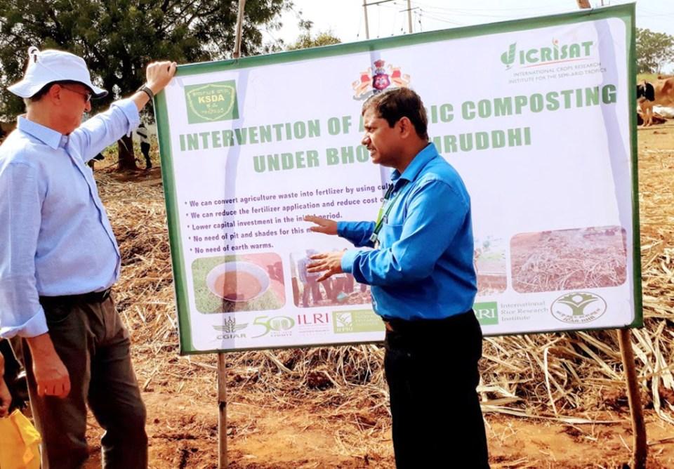 Dr Gajanan Sawargaonkar, District Coordinator for Bidar, ICRISAT, explains the aerobic composting intervention to Dr Peter Carberry, Director General, ICRISAT. Photo: Rajani Kumar, ICRISAT
