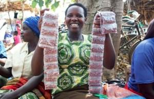 Ms Apiyo Hellen, a groundnut trader, shows off her roasted groundnut at Arapai market in Soroti, Uganda. Photo: Manyasa E, ICRISAT