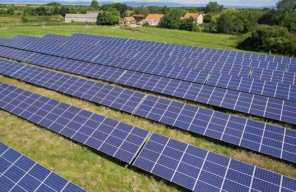 Panneaux photovoltaïques pour collectivités locales : champ solaire