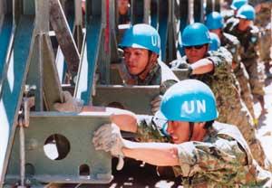 Para personil Jepang dalam misi perdamaian di Timor Timur