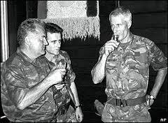cascos azules holandeses brindando con Mladic