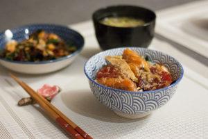 sashimi marinés sur bol de riz
