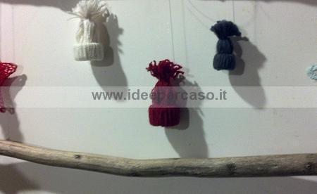 Addobbare l albero di Natale con cappellini di lana - www.ideepercaso.it ec60c8bcfe07