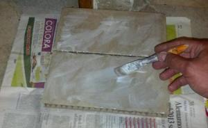 incollare i quadrati di cartone riciclato