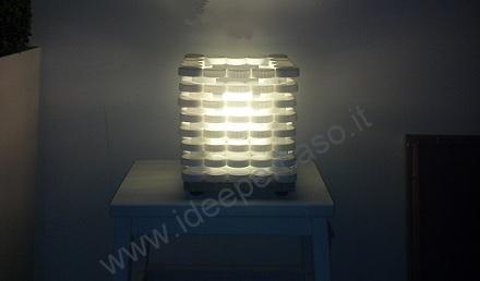 Lampada da tavolo realizzata con tappi di plastica del latte www