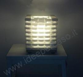 creare una lampada riciclando i tappi del latte