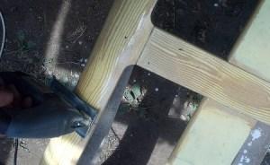 accorciare il vecchio letto di legno