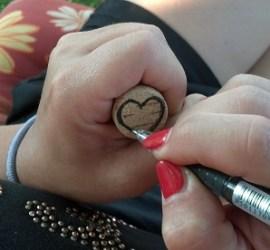 disegnare un cuore sul tappo di sughero con un pennarello