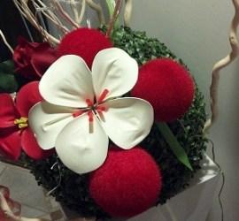 fiore realizzato con palloncino gonfiabile bianco