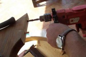 fare i fori ed inserire perni di legno