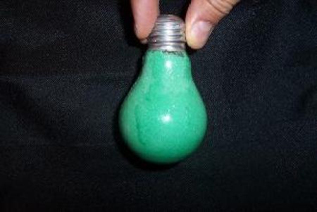 vecchia lampadina riempita di sale colorato