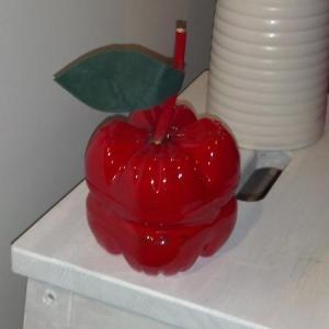 fare una mela di plastica rossa