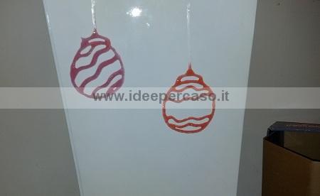 palline di Natale fai da te da attaccare ai vetri delle porte e finestre realizzate con colla vinilica