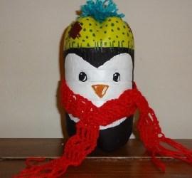 pinguino realizzato con bottiglie di plastica riciclata