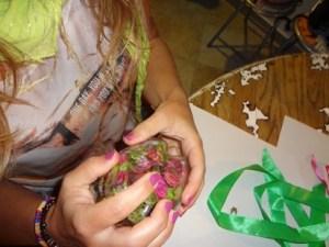 Mettere del potpourri all'nterno della pallina di plastica riciclata